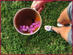 Кружка с чаем в руке