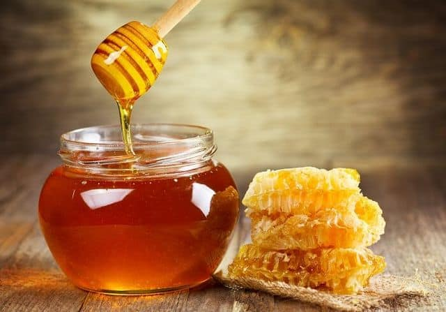 Мед повышает или понижает давление: влияние и лечение медом