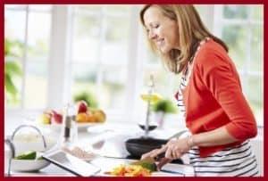 Женщина готовит салат