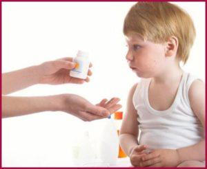 Мальчику дают таблетки