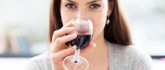 Девушка пьет вино