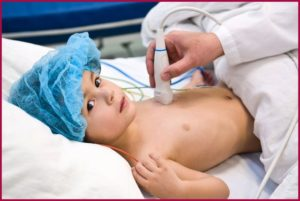 Ребенок и врач с ультразвуком